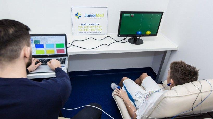 Terapeuta z dzieckiem w trakcie badania EEG